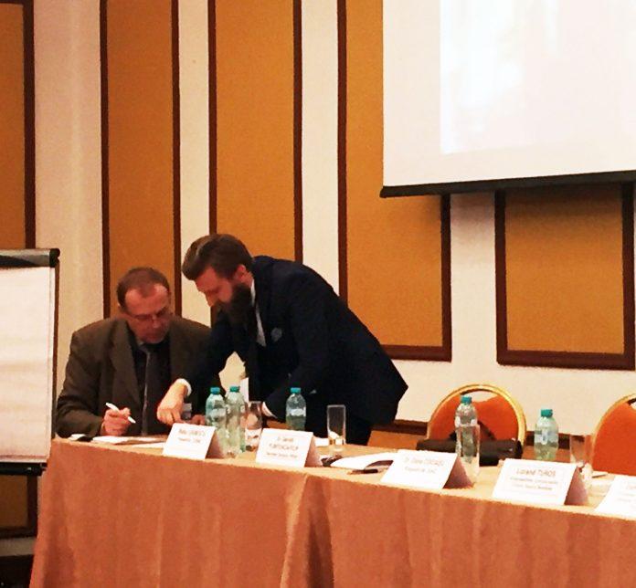 Foto: CEO-ul Biofarm (stanga) impreuna cu un reprezentant al Patronatului Roman al Industriei Suplimentelor Alimentare (dreapta), semnand un document de colaborare (surse)