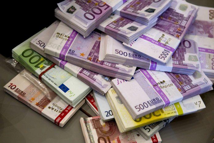 Românii ţin peste 55 de miliarde lei în depozite pe termen foarte scurt, cu scadenţă de o zi, iar aceşti bani nu produc beneficii consistente pentru deponenţi sau economie